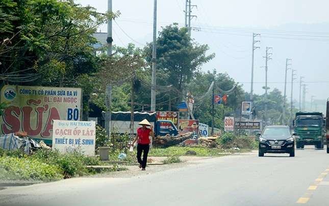 Tận thấy biển quảng cáo 'nuốt chửng' vỉa hè ở Hà Nội ảnh 6
