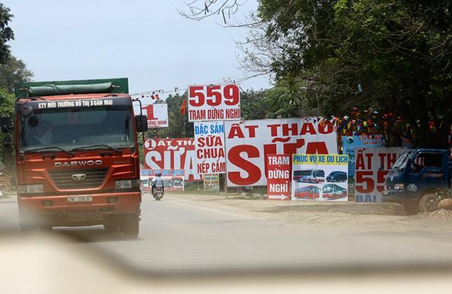 Tận thấy biển quảng cáo 'nuốt chửng' vỉa hè ở Hà Nội ảnh 8