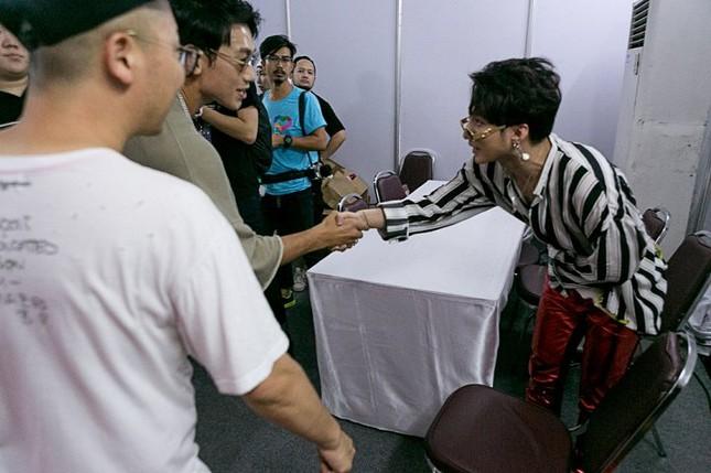 Sơn Tùng M-TP được Bi Rain vỗ vai, bắt tay đầy thân mật ảnh 2