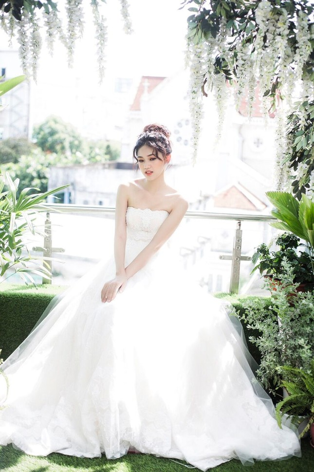 Á hậu Thanh Tú đẹp mê hồn trong bộ ảnh cô dâu ảnh 5