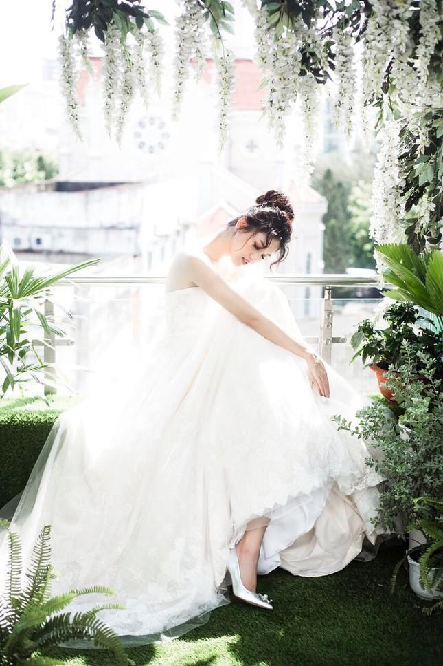 Á hậu Thanh Tú đẹp mê hồn trong bộ ảnh cô dâu ảnh 7