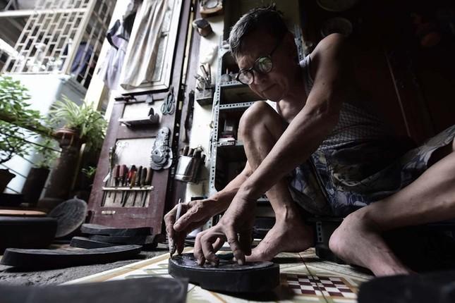 Người đàn ông làm dép cao su độc nhất ở Hà Nội ảnh 1