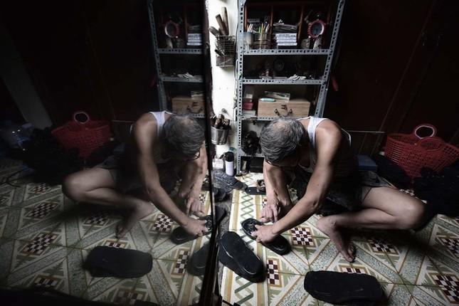 Người đàn ông làm dép cao su độc nhất ở Hà Nội ảnh 2