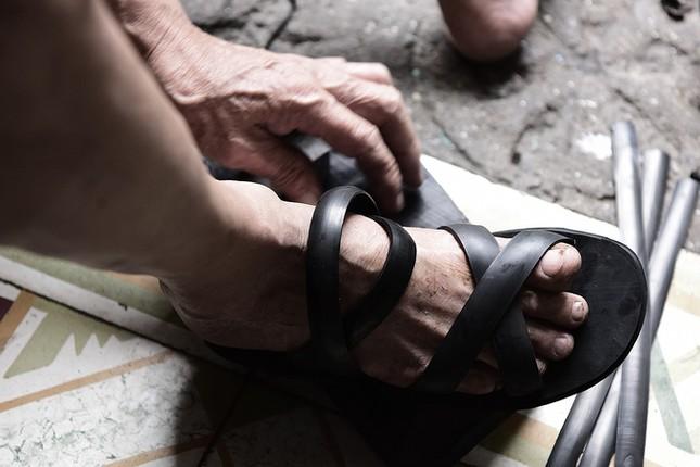 Người đàn ông làm dép cao su độc nhất ở Hà Nội ảnh 7