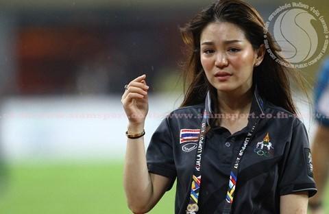 Nữ trưởng đoàn xinh đẹp U22 Thái Lan bất ngờ bị cho thôi việc ảnh 1