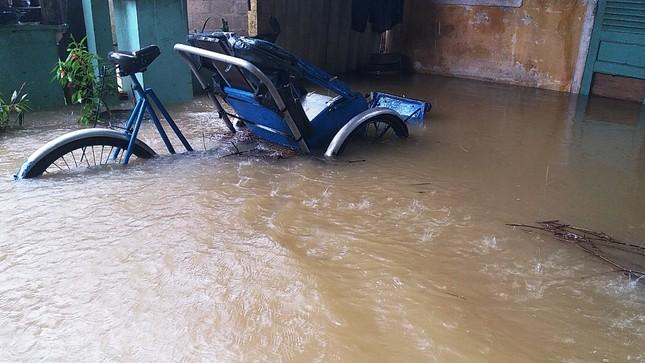 Thủy điện cấp tập xả nước, thành phố Huế bị lũ lụt bủa vây ảnh 1