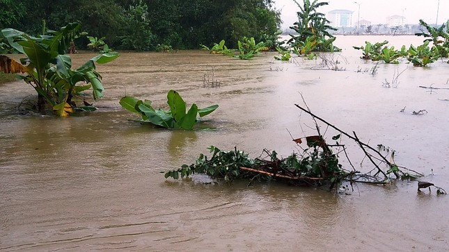 Thủy điện cấp tập xả nước, thành phố Huế bị lũ lụt bủa vây ảnh 7