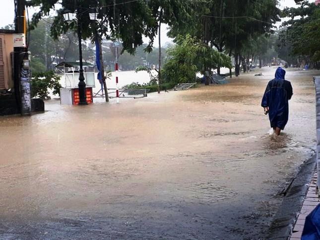 Thủy điện cấp tập xả nước, thành phố Huế bị lũ lụt bủa vây ảnh 8
