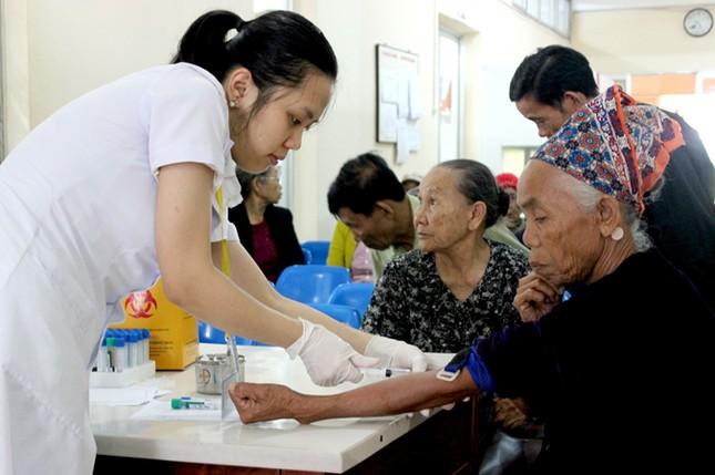 Bác sĩ Nhật phẫu thuật mắt miễn phí cho người nghèo ảnh 1