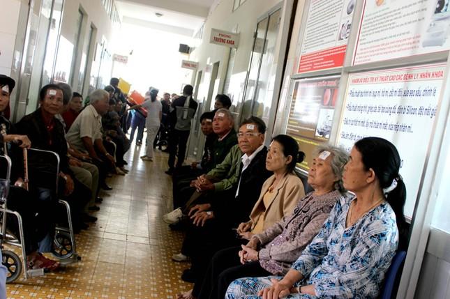 Bác sĩ Nhật phẫu thuật mắt miễn phí cho người nghèo ảnh 4