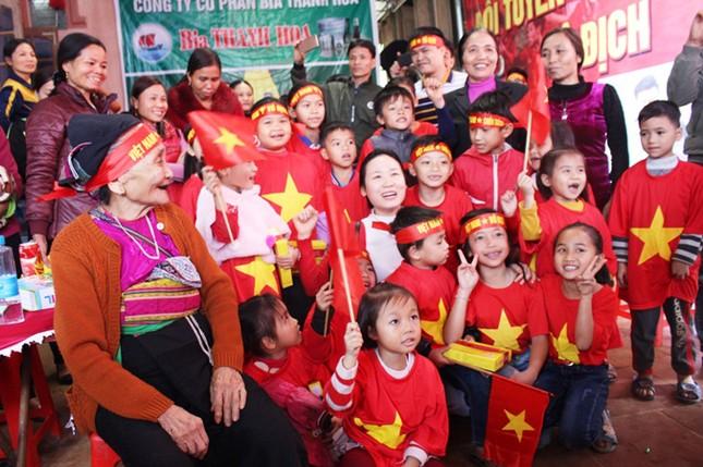 Làng Bào rộn ràng sắc đỏ cổ vũ U23 Việt Nam ảnh 1