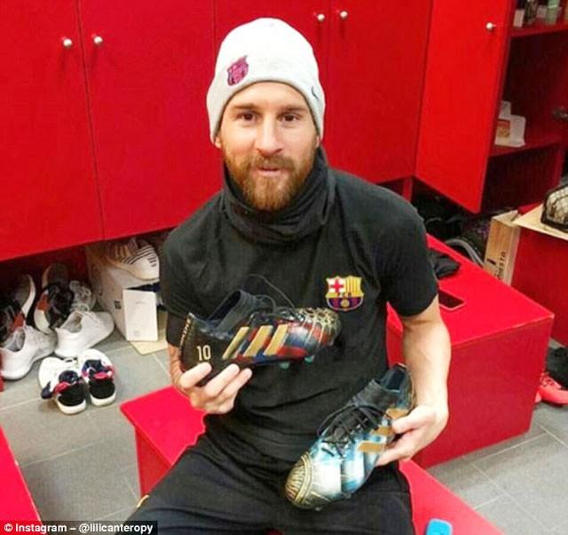 Nữ họa sỹ trẻ đổi đời nhờ vẽ giày tặng Messi ảnh 1