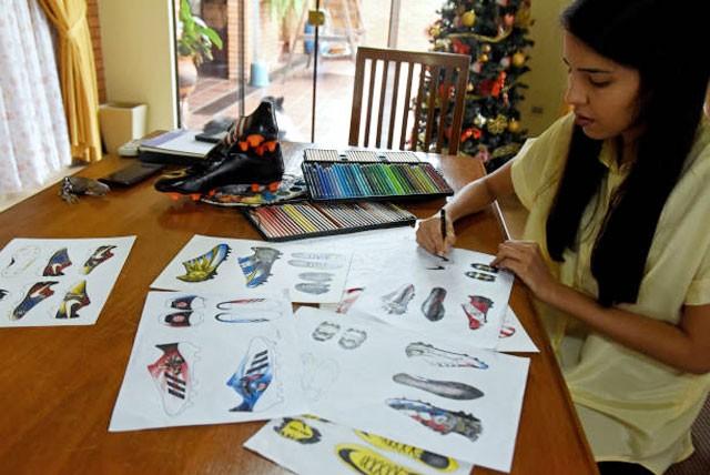 Nữ họa sỹ trẻ đổi đời nhờ vẽ giày tặng Messi ảnh 4