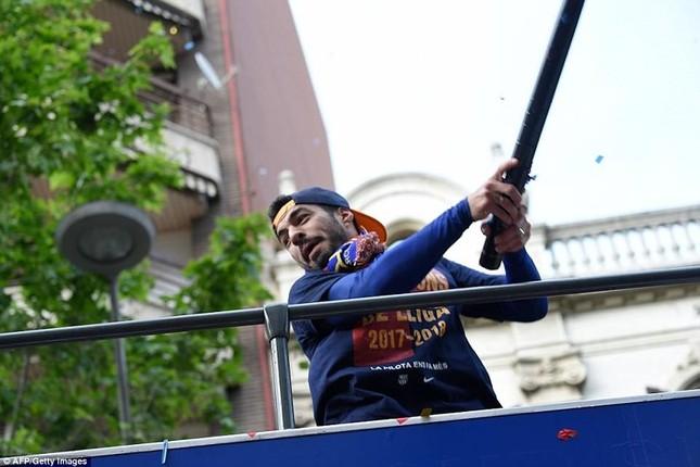 Barcelona diễu hành hoành tráng mừng 'cú đúp' vô địch ảnh 10