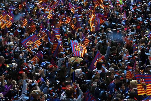 Barcelona diễu hành hoành tráng mừng 'cú đúp' vô địch ảnh 12