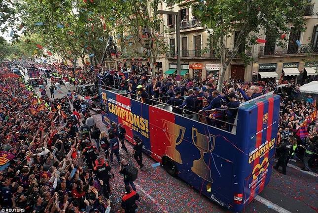 Barcelona diễu hành hoành tráng mừng 'cú đúp' vô địch ảnh 1
