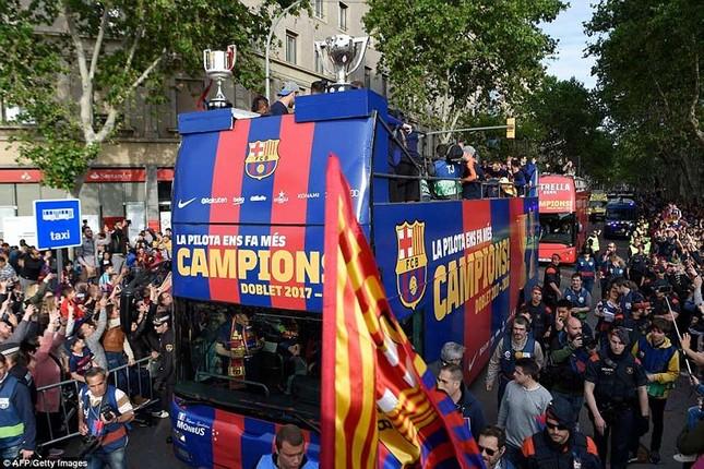 Barcelona diễu hành hoành tráng mừng 'cú đúp' vô địch ảnh 2