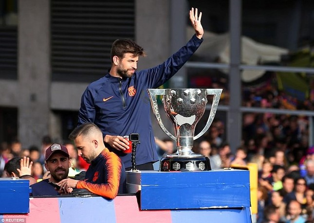 Barcelona diễu hành hoành tráng mừng 'cú đúp' vô địch ảnh 4