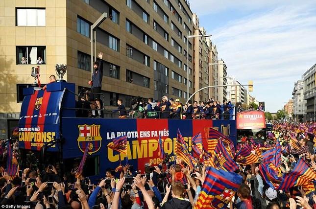 Barcelona diễu hành hoành tráng mừng 'cú đúp' vô địch ảnh 5