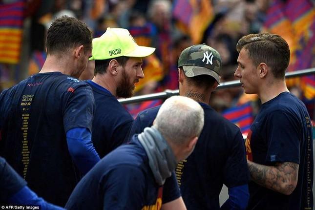 Barcelona diễu hành hoành tráng mừng 'cú đúp' vô địch ảnh 6