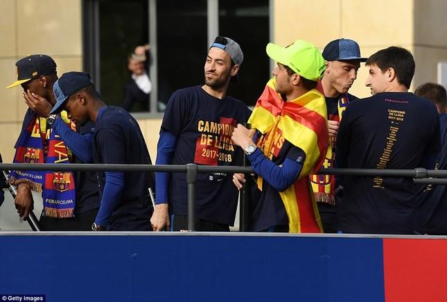Barcelona diễu hành hoành tráng mừng 'cú đúp' vô địch ảnh 7