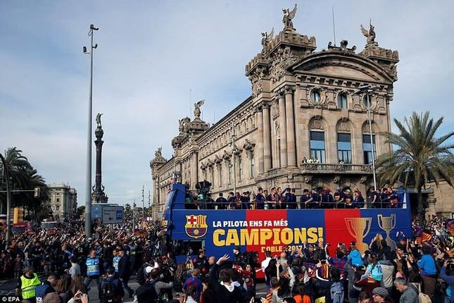 Barcelona diễu hành hoành tráng mừng 'cú đúp' vô địch ảnh 8