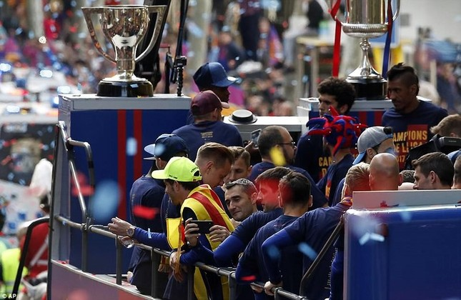 Barcelona diễu hành hoành tráng mừng 'cú đúp' vô địch ảnh 9