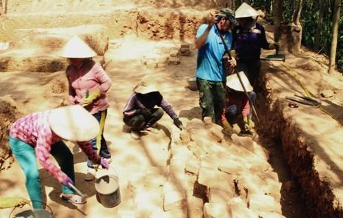 Khai quật phế tích tháp Chăm 1.000 năm ở Bình Định ảnh 1