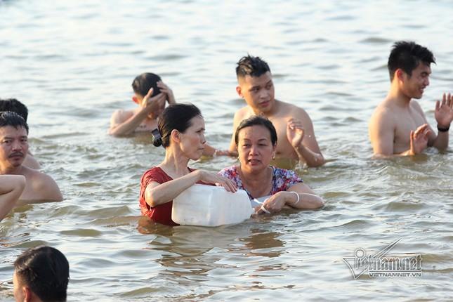 Hà Nội nóng rát, đập Quán Trăn thành bãi biển ngàn người tắm ảnh 11