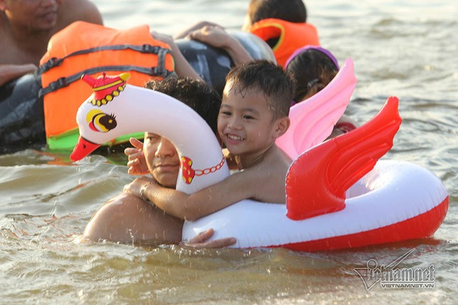 Hà Nội nóng rát, đập Quán Trăn thành bãi biển ngàn người tắm ảnh 12