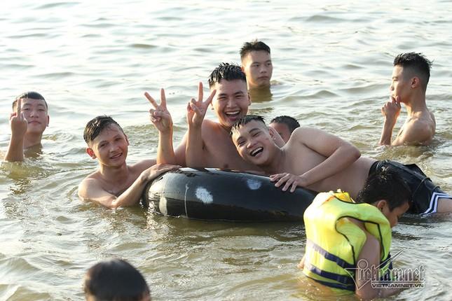 Hà Nội nóng rát, đập Quán Trăn thành bãi biển ngàn người tắm ảnh 13