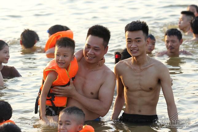 Hà Nội nóng rát, đập Quán Trăn thành bãi biển ngàn người tắm ảnh 14