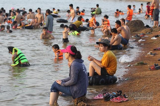 Hà Nội nóng rát, đập Quán Trăn thành bãi biển ngàn người tắm ảnh 15