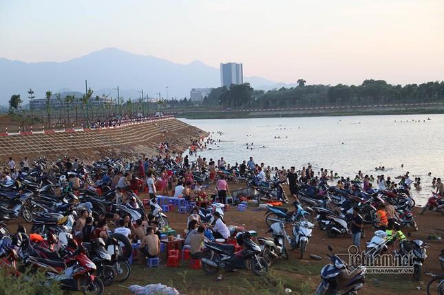 Hà Nội nóng rát, đập Quán Trăn thành bãi biển ngàn người tắm ảnh 16