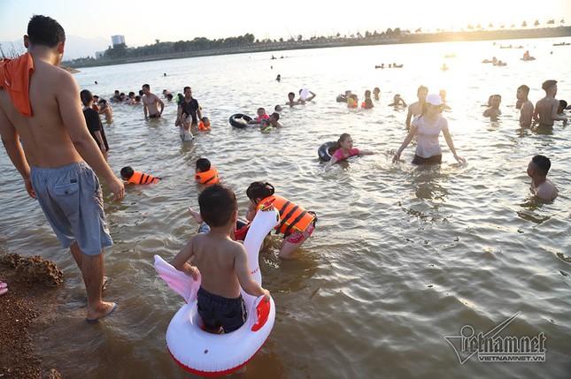 Hà Nội nóng rát, đập Quán Trăn thành bãi biển ngàn người tắm ảnh 4