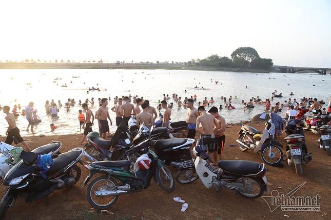 Hà Nội nóng rát, đập Quán Trăn thành bãi biển ngàn người tắm ảnh 5