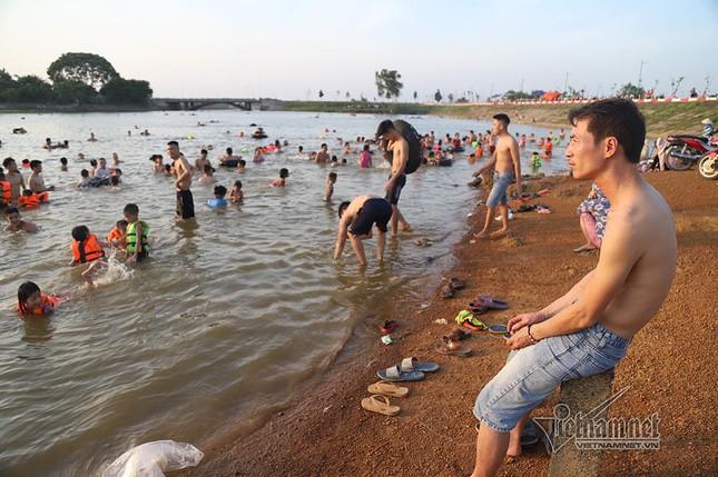 Hà Nội nóng rát, đập Quán Trăn thành bãi biển ngàn người tắm ảnh 6