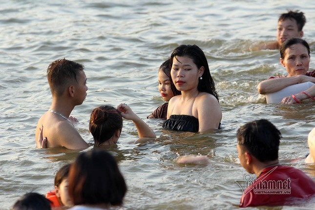 Hà Nội nóng rát, đập Quán Trăn thành bãi biển ngàn người tắm ảnh 8