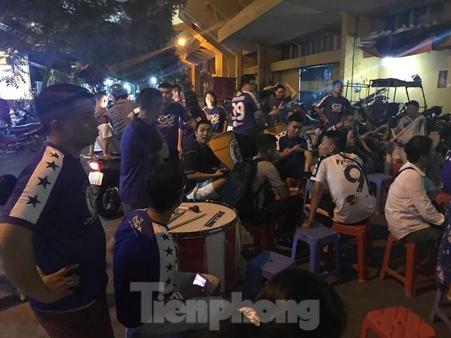 Hàng Đẫy bị 'treo sân', cổ động viên nhòm khe cửa xem derby Hà Nội ảnh 11