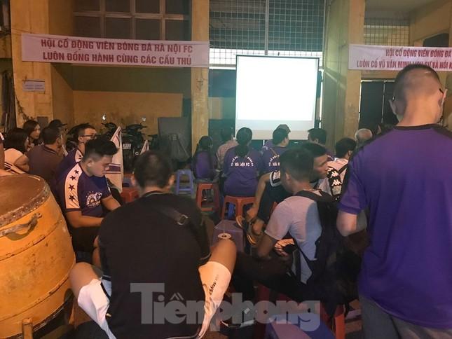 Hàng Đẫy bị 'treo sân', cổ động viên nhòm khe cửa xem derby Hà Nội ảnh 12