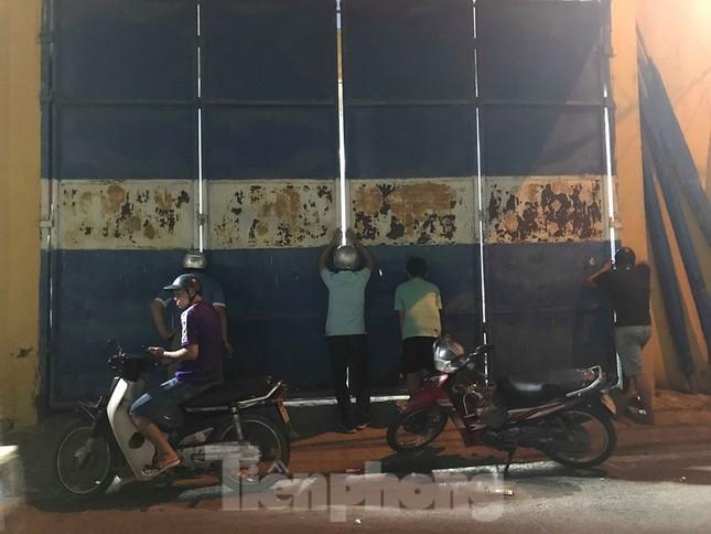 Hàng Đẫy bị 'treo sân', cổ động viên nhòm khe cửa xem derby Hà Nội ảnh 2