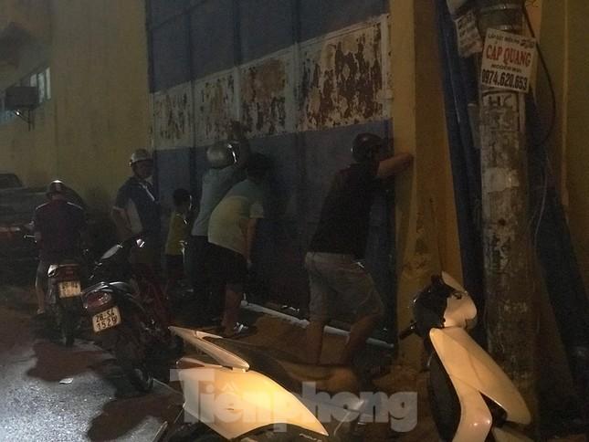 Hàng Đẫy bị 'treo sân', cổ động viên nhòm khe cửa xem derby Hà Nội ảnh 3
