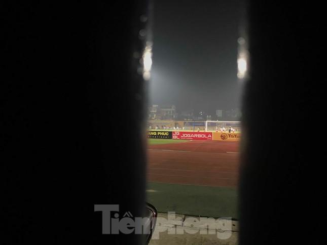 Hàng Đẫy bị 'treo sân', cổ động viên nhòm khe cửa xem derby Hà Nội ảnh 4