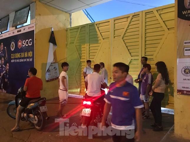 Hàng Đẫy bị 'treo sân', cổ động viên nhòm khe cửa xem derby Hà Nội ảnh 5