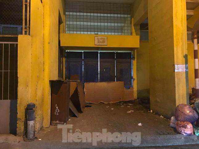 Hàng Đẫy bị 'treo sân', cổ động viên nhòm khe cửa xem derby Hà Nội ảnh 6