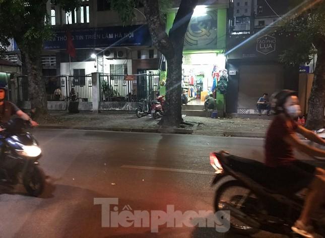 Hàng Đẫy bị 'treo sân', cổ động viên nhòm khe cửa xem derby Hà Nội ảnh 7