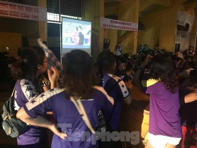 Hàng Đẫy bị 'treo sân', cổ động viên nhòm khe cửa xem derby Hà Nội ảnh 8