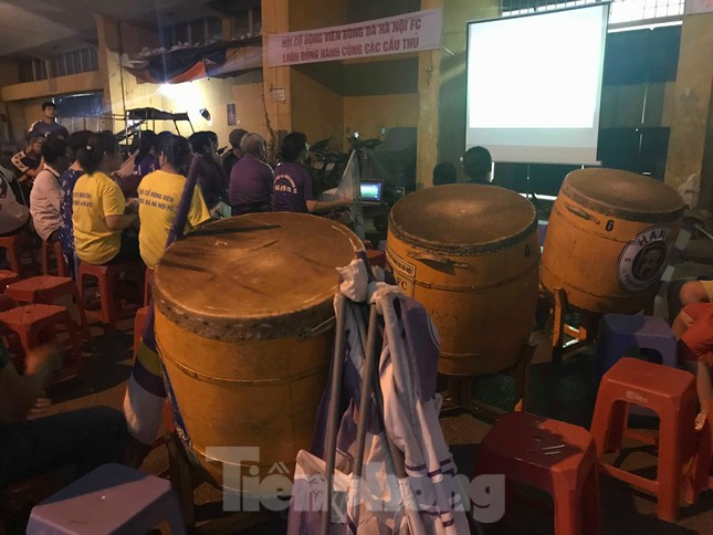 Hàng Đẫy bị 'treo sân', cổ động viên nhòm khe cửa xem derby Hà Nội ảnh 9
