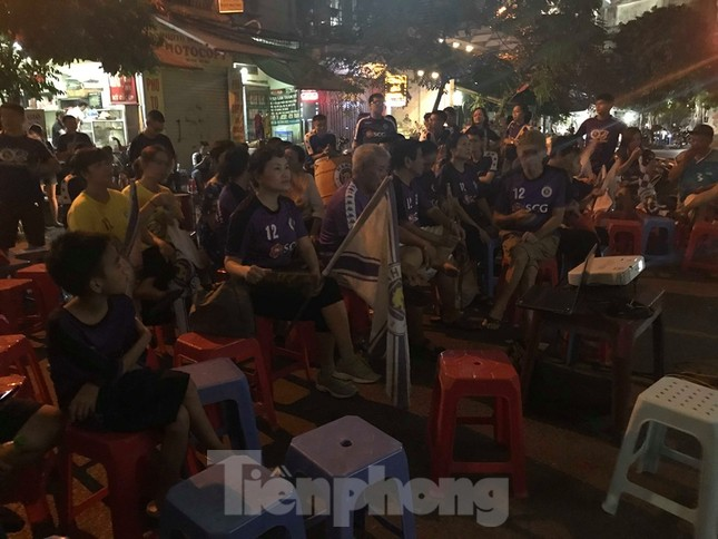 Hàng Đẫy bị 'treo sân', cổ động viên nhòm khe cửa xem derby Hà Nội ảnh 10