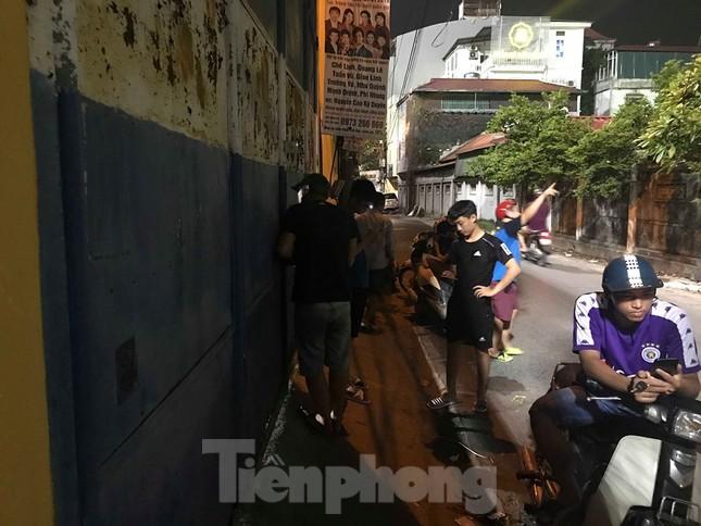 Hàng Đẫy bị 'treo sân', cổ động viên nhòm khe cửa xem derby Hà Nội ảnh 1
